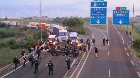Des clandestins bloquent les camions.