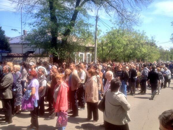 11 mai 11h45 3h00 d'attente pour voter à mariopol