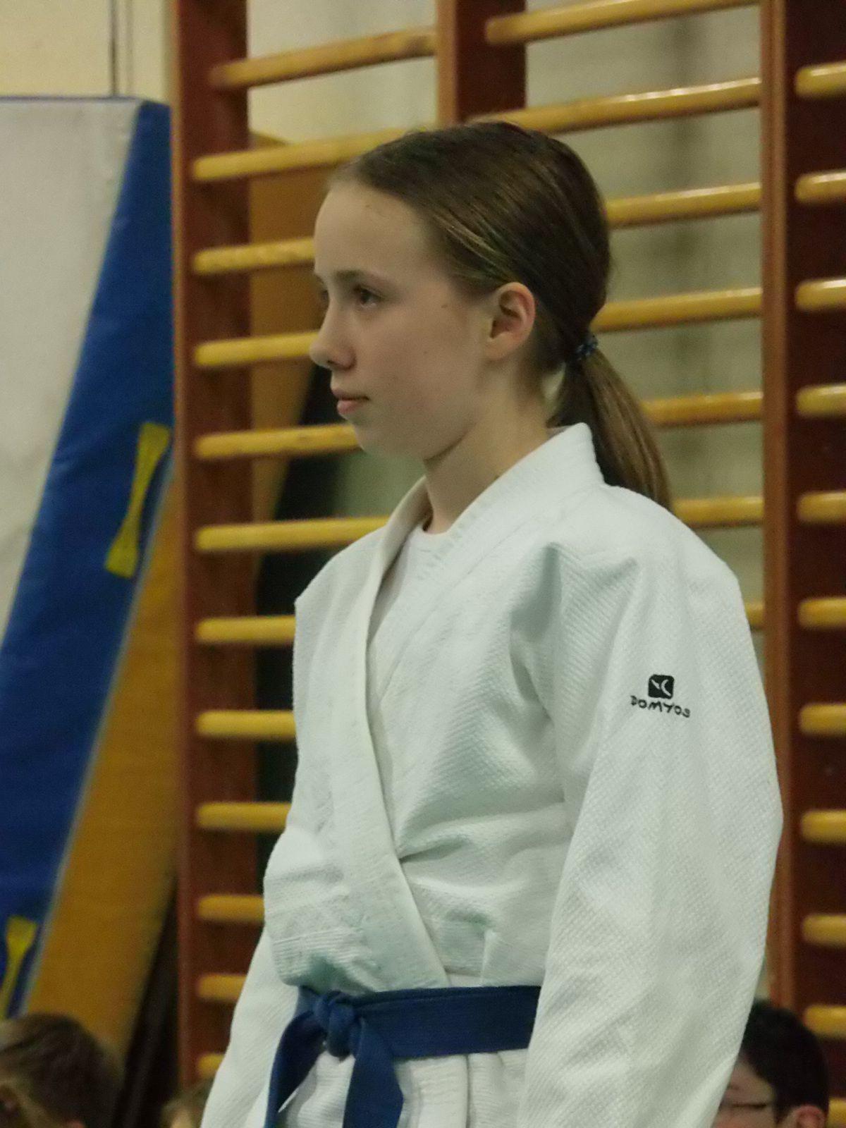 Emilie pratique depuis plusieurs années, elle est un exemple pour les autres élèves. Emilie est nommée ceinture bleue première barrette marron.