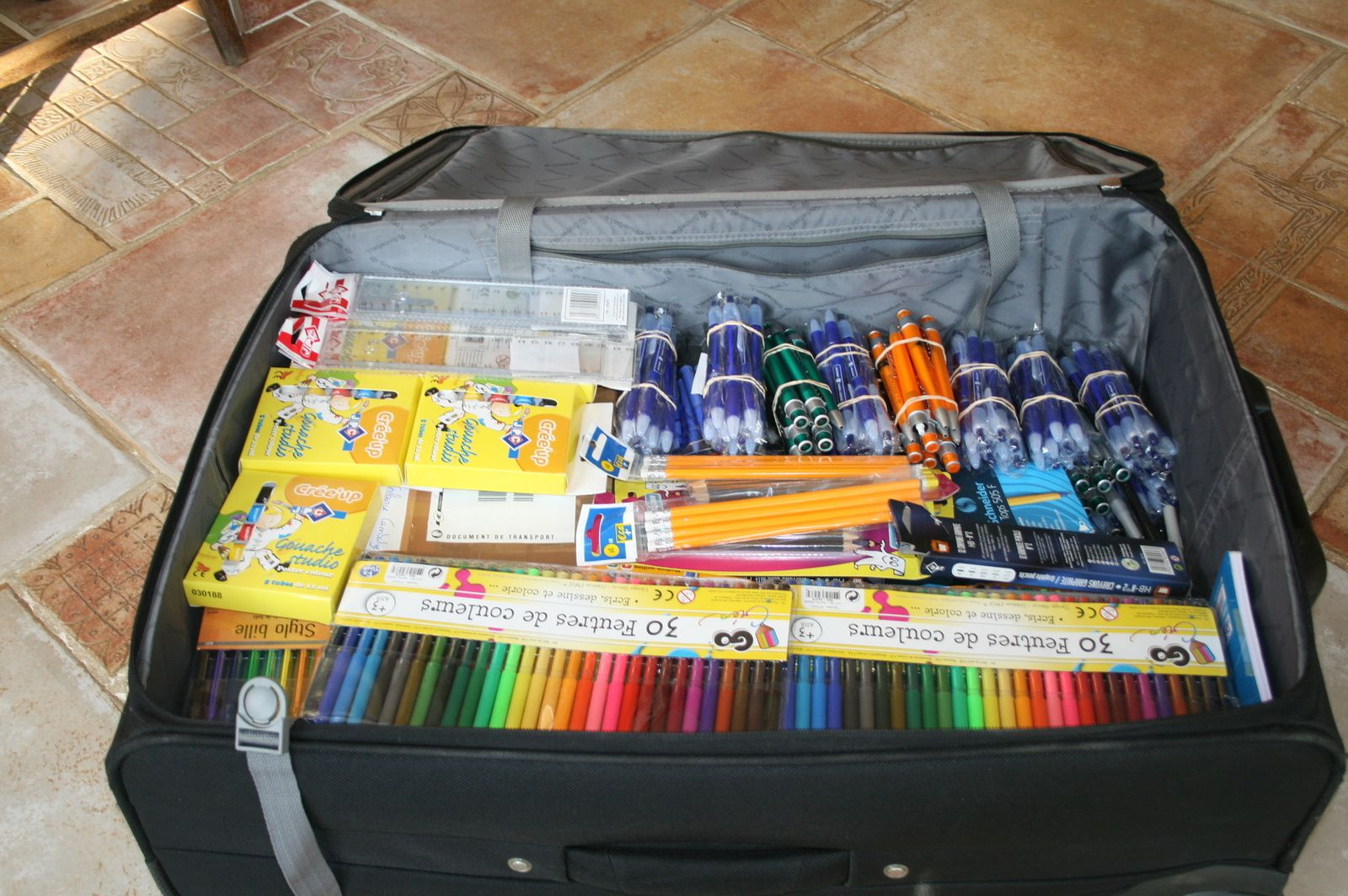 Fournitures scolaires, doudous,départ pour le Cambodge!