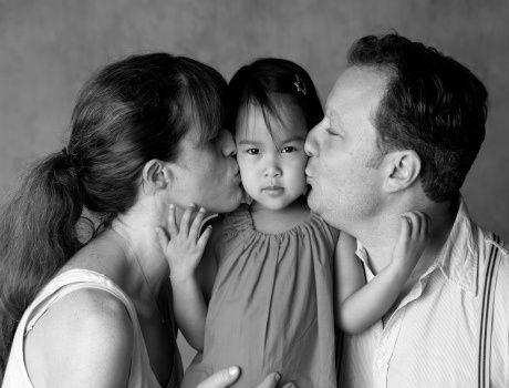 Lola entourée d'Héloïse et Sébastien, Lola est née à Hanoï au Vietnam. Elle est arrivée en France en novembre 2010, à l'âge de 6 mois.