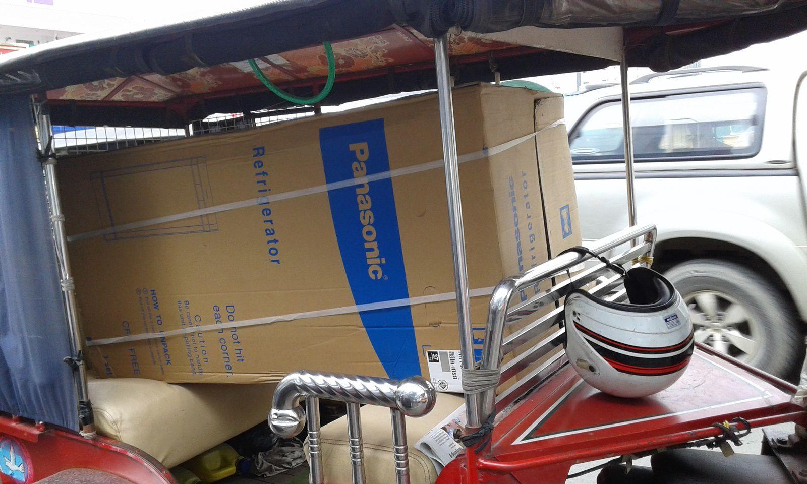 Au Cambodge, les frigos sont livrés en tuk tuk (mobylette taxi avec carriole )