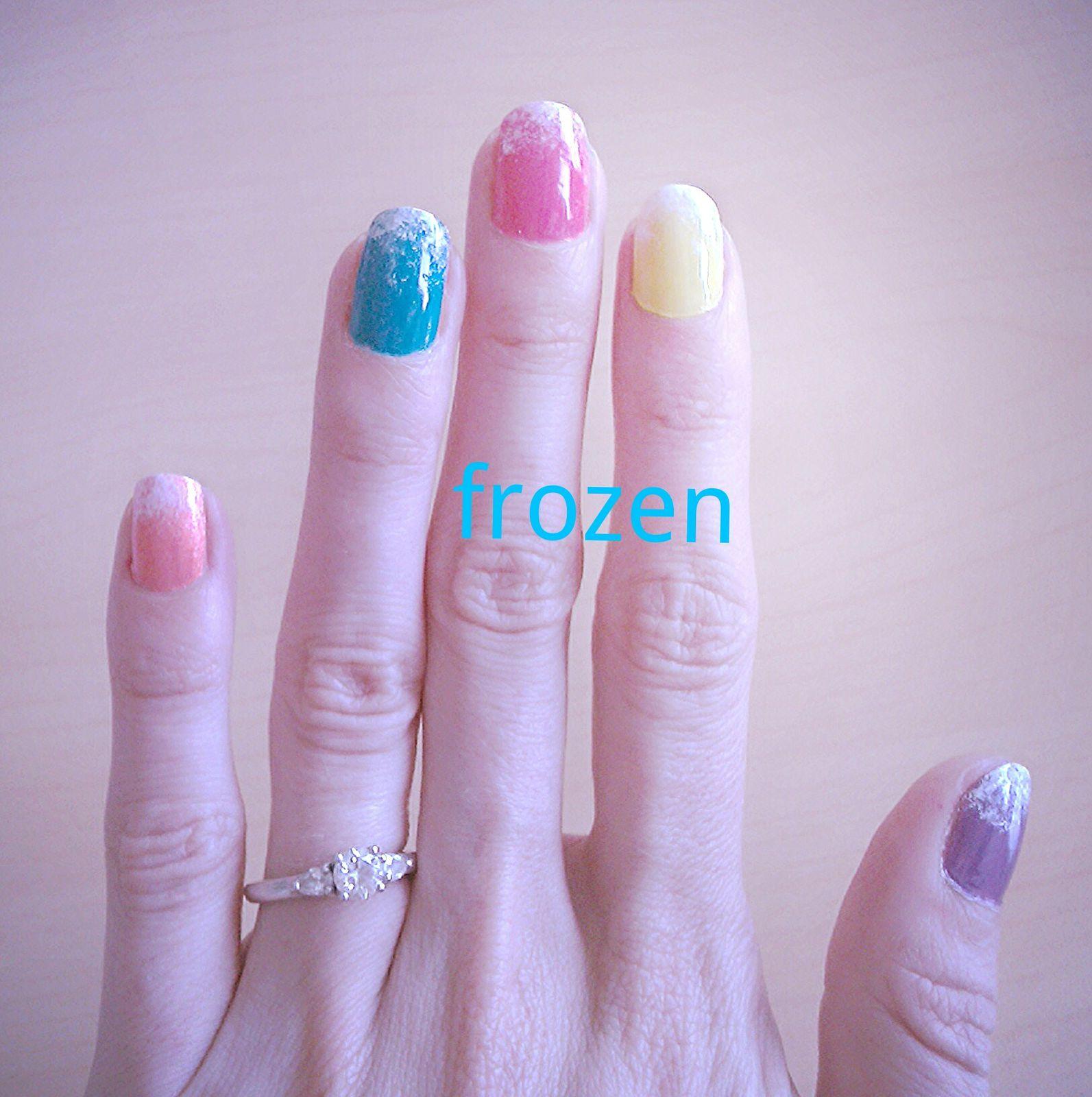 Avec les températures caniculaires de ces derniers jours, j'avais envie de glaces, alors hop pourquoi pas aussi sur les ongles, un petit effet givré rafraîchissant :).