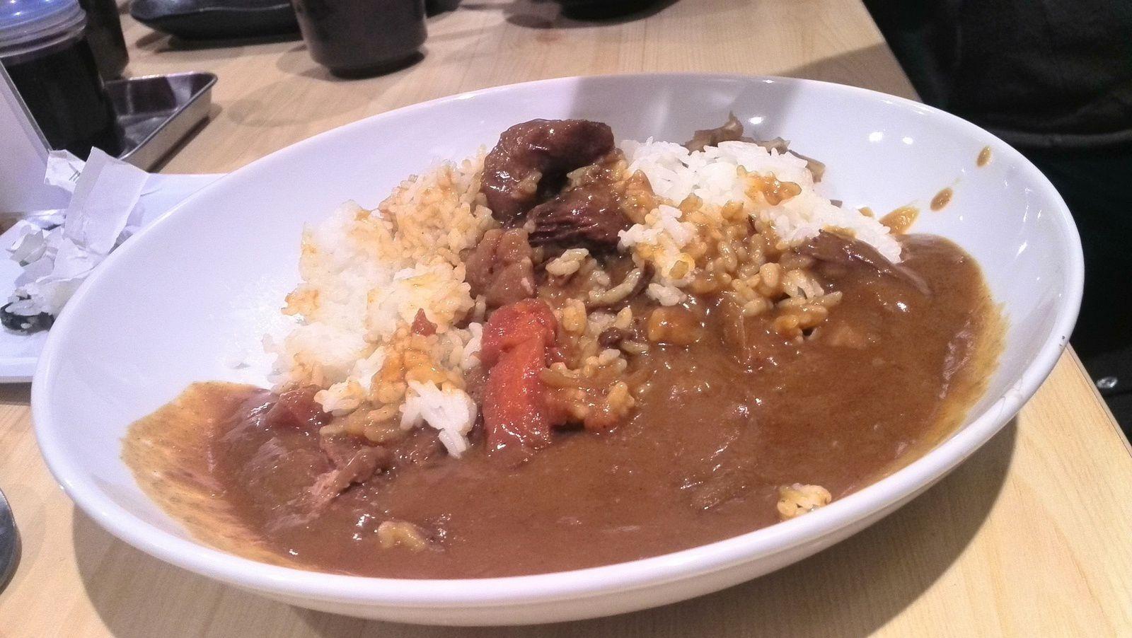Petit exemple de Carry rice. Du riz au curry japonais au boeuf en l'occurrence. Le curry japonais étant très différent de ses cousins du Sud de l'Asie, je vous recommande d'en goûter un à l'occasion.  Quantité normale.
