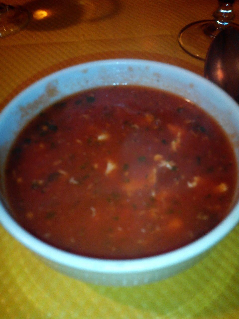 Les entrées: beignets de légumes et de fromage. Pas très gras, et très épicés (pas piquant), mais bien parfumés au cumin (pour ce que j'ai pu identifier), la petite sauce était très bonne, faite maison également. La soupe de tomate, oeuf et basilic n'était pas mauvaise non plus, mais face aux raviolis, difficile de rivaliser &#x3B;)