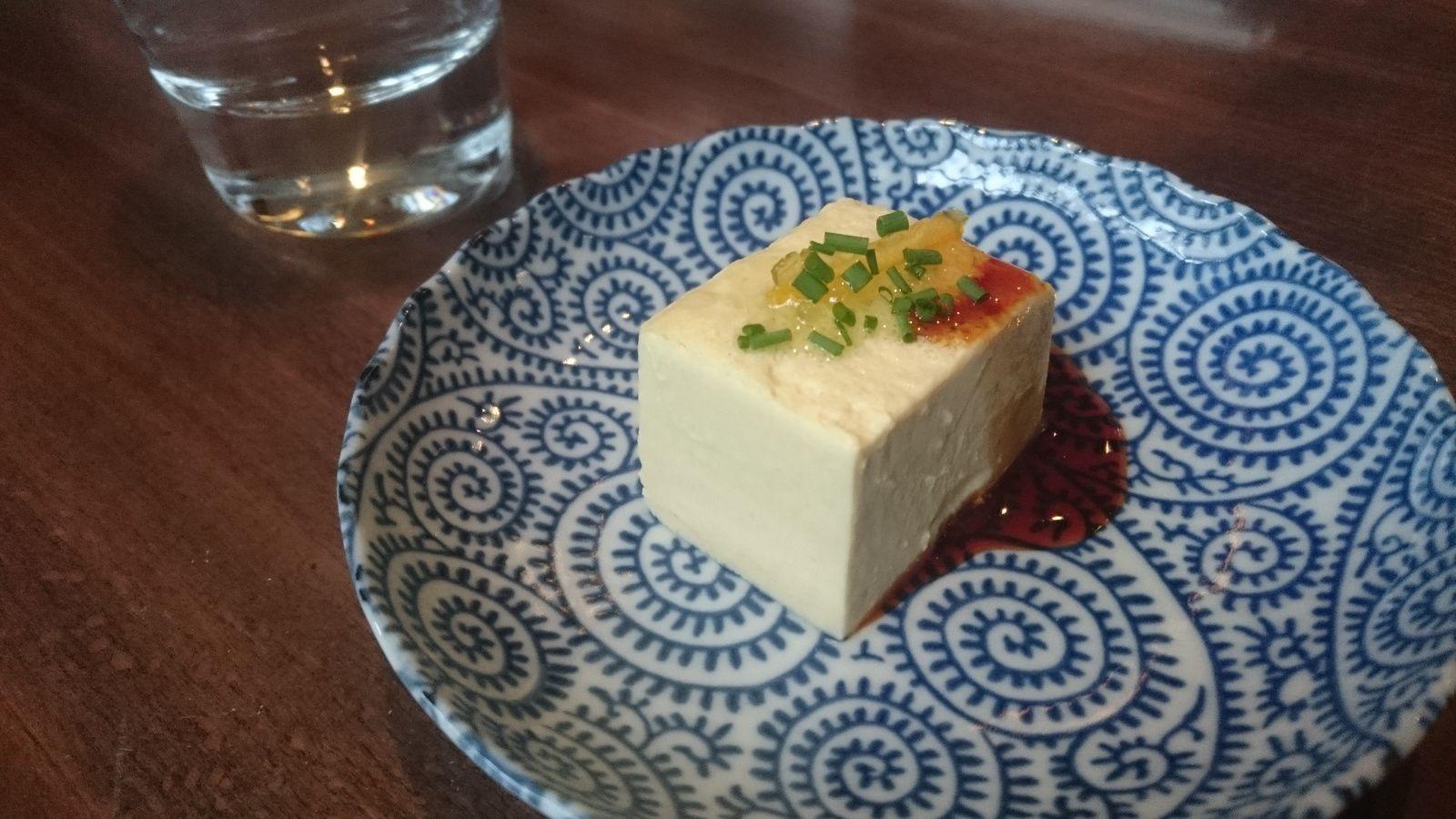 Flan de foie gras au yuzu arrosé de sauce soja sucrée.