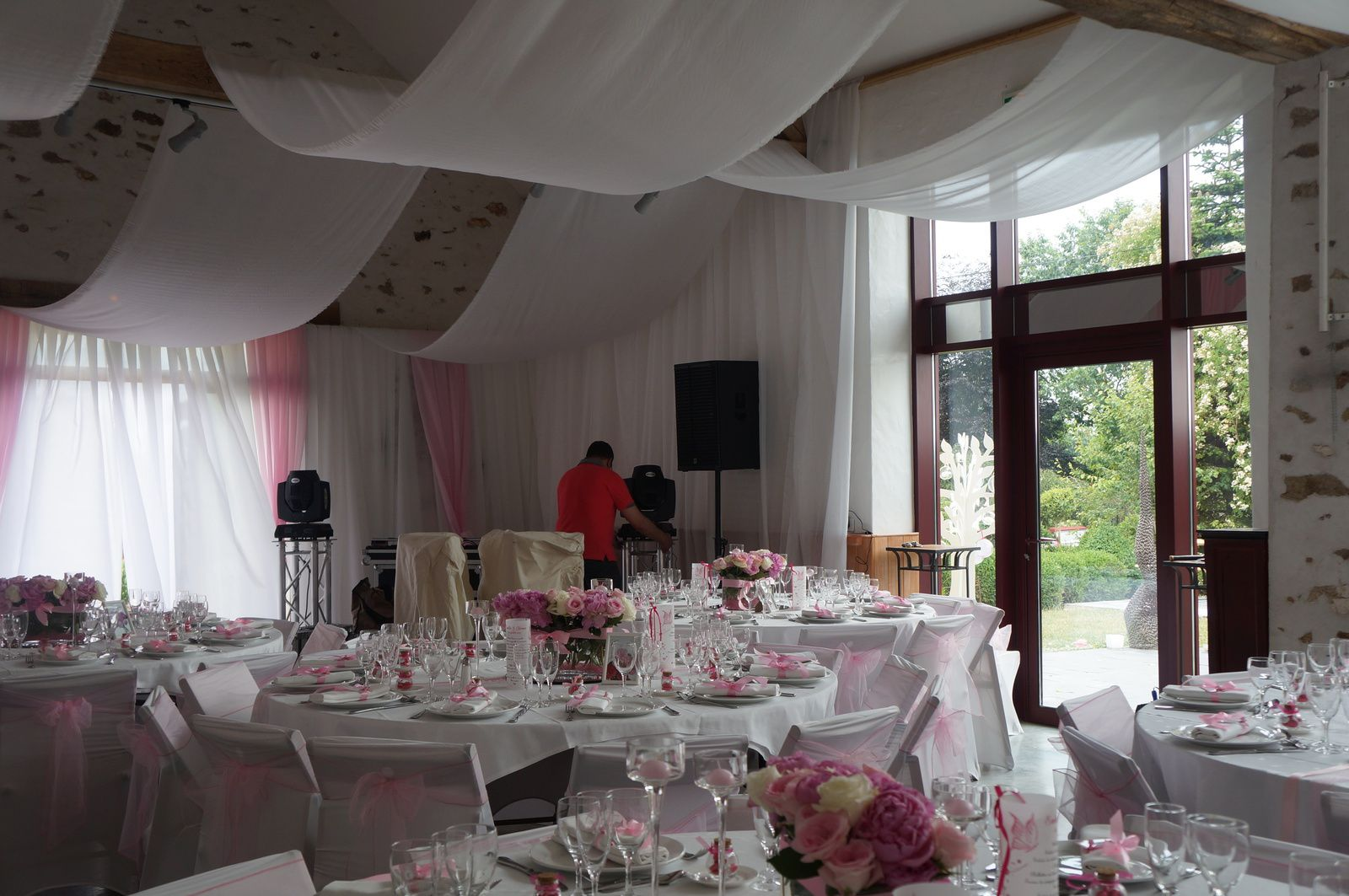 Mariage rose et blanc decoratrice mariage festidomi for Decoration salle