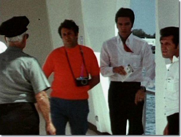 Durant ses vacances à Hawaï en Mai 1968, Elvis, Priscilla, Joe Esposito, Charlie Hodge visiter le mémorial.