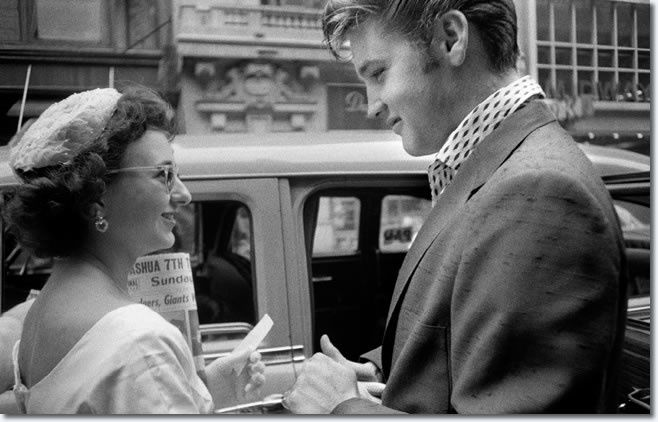 Elvis Presley : Arriving at the Hudson Theater in New York City to perform on the Steve Allen comedy show : 1 Juillet 1956.