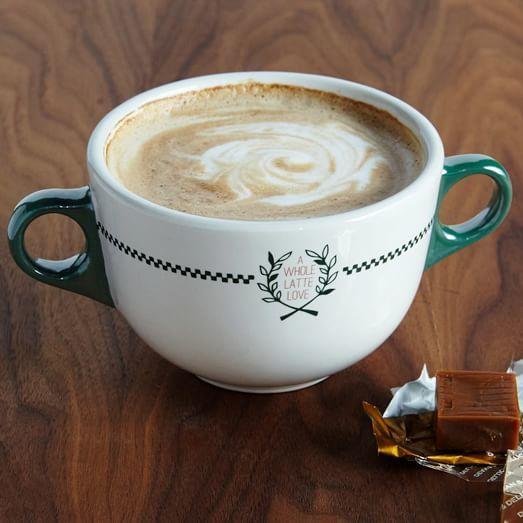 Un bon latté dans une tasse à deux anses (9$  en vente chez Westelm )