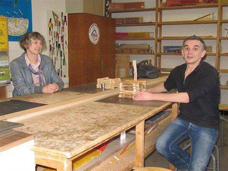 Pascal et Natacha travaillent à la construction des puits.