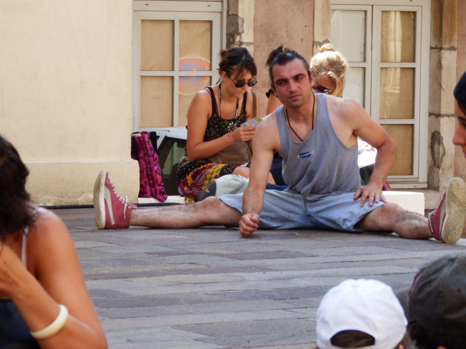 faites danser la foule dans la rue à Chalon