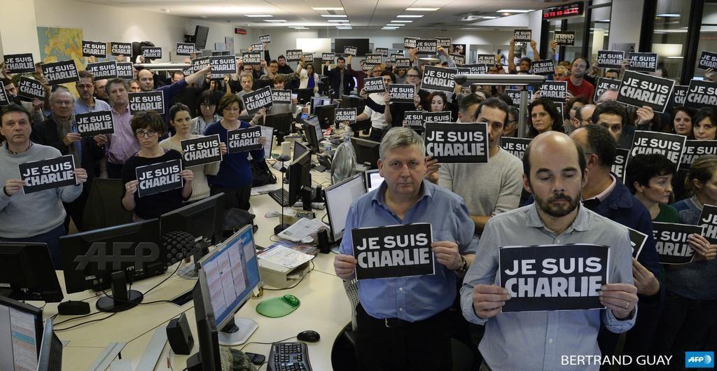 La rédaction parisienne de l'Agence France Presse s'est rassemblée dans un hommage « Je suis Charlie » : En savoir plus sur http://www.lemonde.fr/attaque-contre-charlie-hebdo/article/2015/01/07/les-dessinateurs-horrifies-apres-l-attentat-contre-leur-copains_4550722_4550668.html#OM4zLrSd8EQU5DUW.99