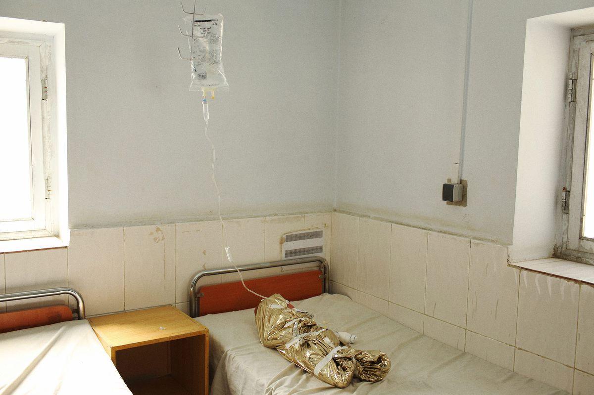 """Andrew Quilty - Agence VU Photo prise à l'hôpital Boost à Lashkar Gah (capitale de la province du Helmand), Afghanistan en février 2014. Photo d'Andrew Quilty, issue de la série """"Afghanistan: après l'opération """"liberté immuable"""""""", exposée au Couvent des Minimes."""