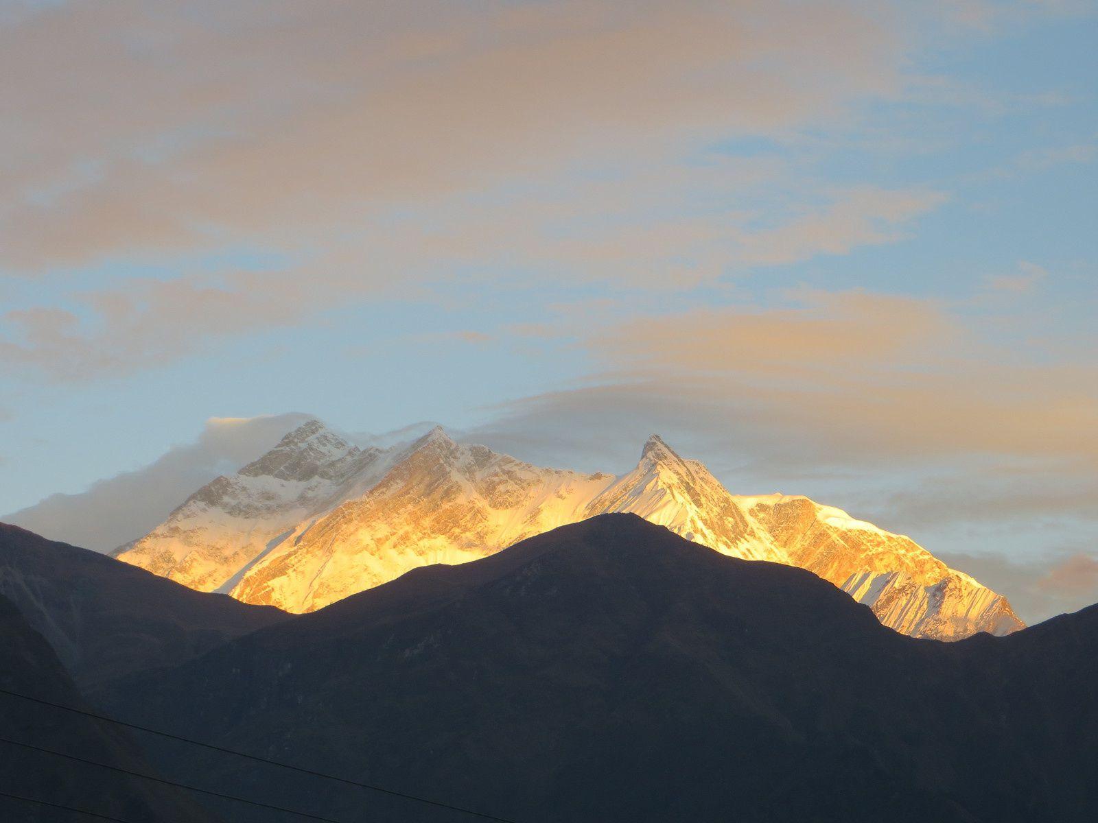 La troupe avant le départ de la course, Coucher de soleil sur les Annapurnas
