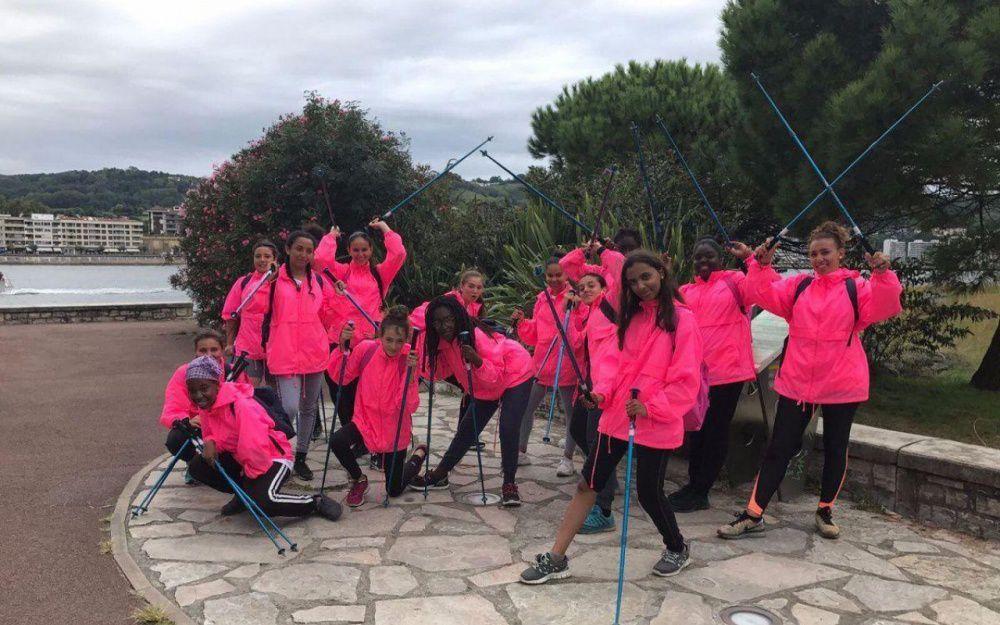 Quinze jeunes filles des quatre coins de la ville ont marché ensemble pour faire tomber les barrières et acquérir de l'autonomie.