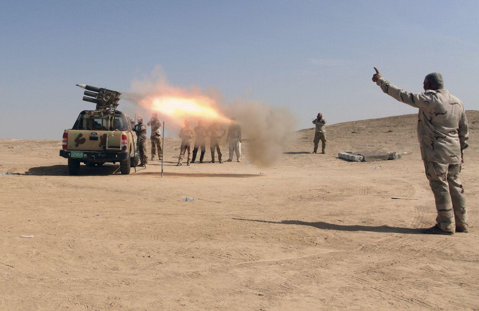 Les forces de sécurité irakiennes et les Forces de Mobilisation populaires alliées ont tiré des roquettes sur les positions de Daesh dans un champ de pétrole près de Beiji, à environ 250 kilomètres (155 miles) au nord de Bagdad en Irak, le samedi 24 octobre 2015