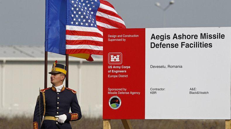 Source: Reuters Un soldat roumain assite à la cérémonie d'ouverture du site américain de défense antimissile Aegis à Deveselu