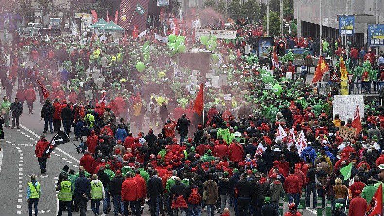 """© Eric LalmandSource: AFP Le 24 juin, près de 60 000 Belges ont manifesté dans les rues de Bruxelles contre une """"loi travail"""" à la belge"""