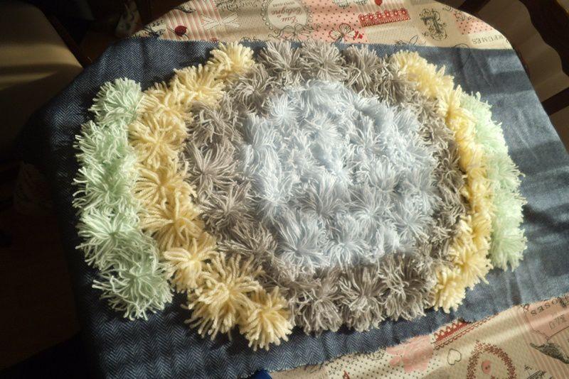 tuto gratuit : tapis aux pompons et tissu