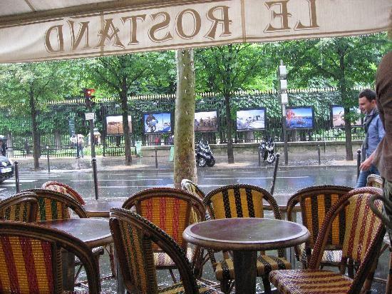 Je m'installe au Rostand, un café que j'aime bien, avec vue sur l'entrée du jardin du Luxembourg.