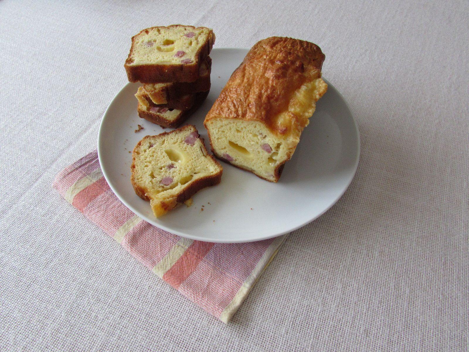 Cake au jambon et dés de gruyère