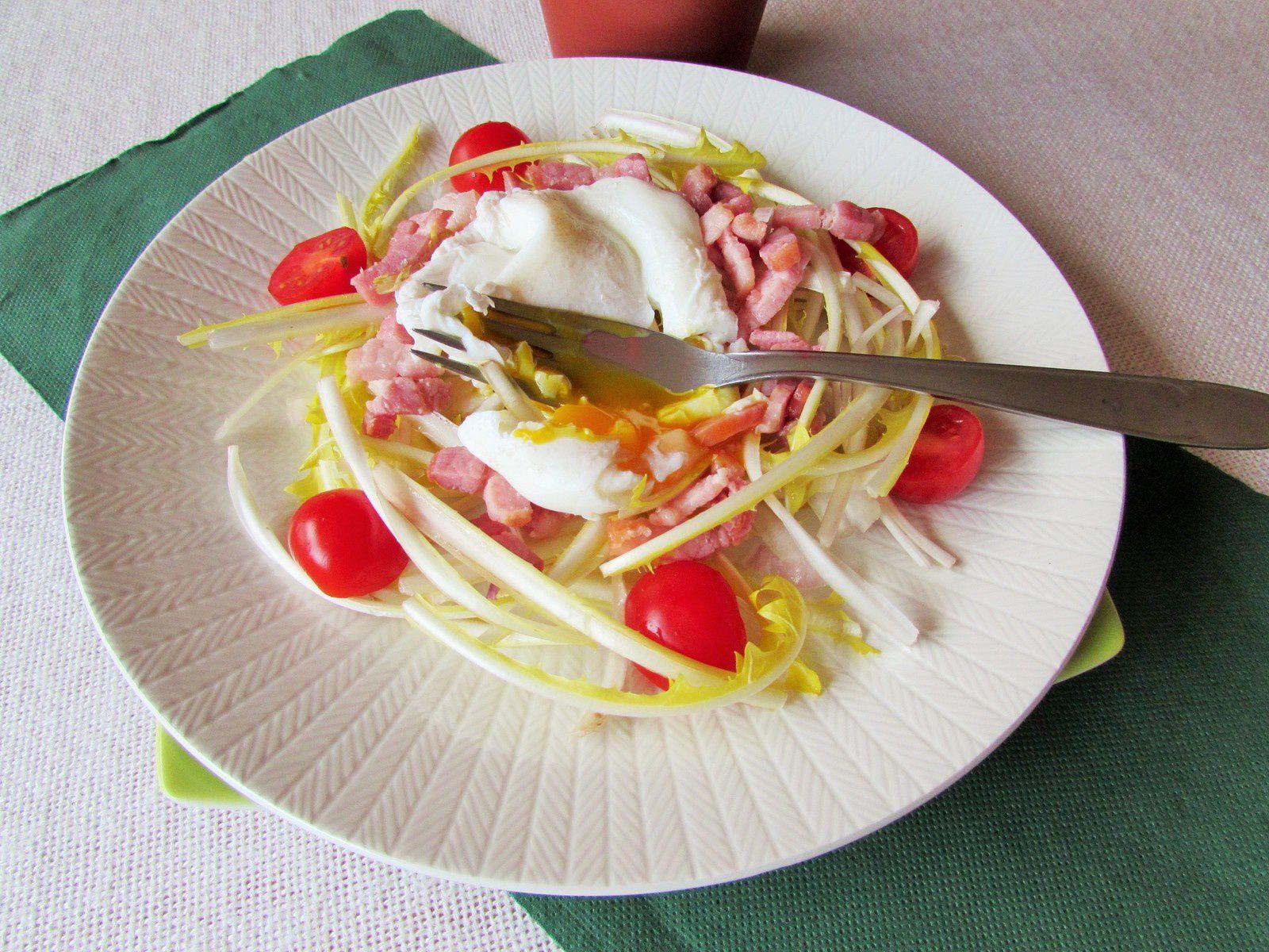Salade de pissenlits aux lardons &amp&#x3B; œuf poché