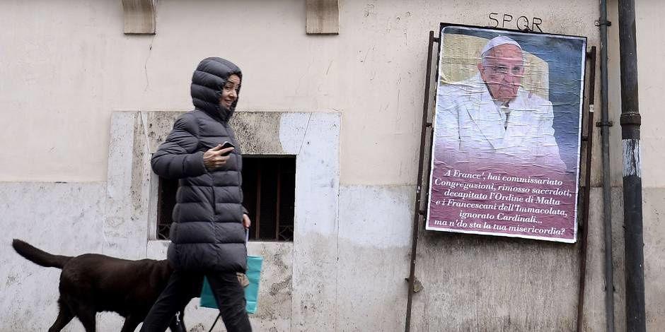 Plus d'une centaine d'affiches à Rome contre François, que les employés municipaux choisissent de ne pas masquer vraiment