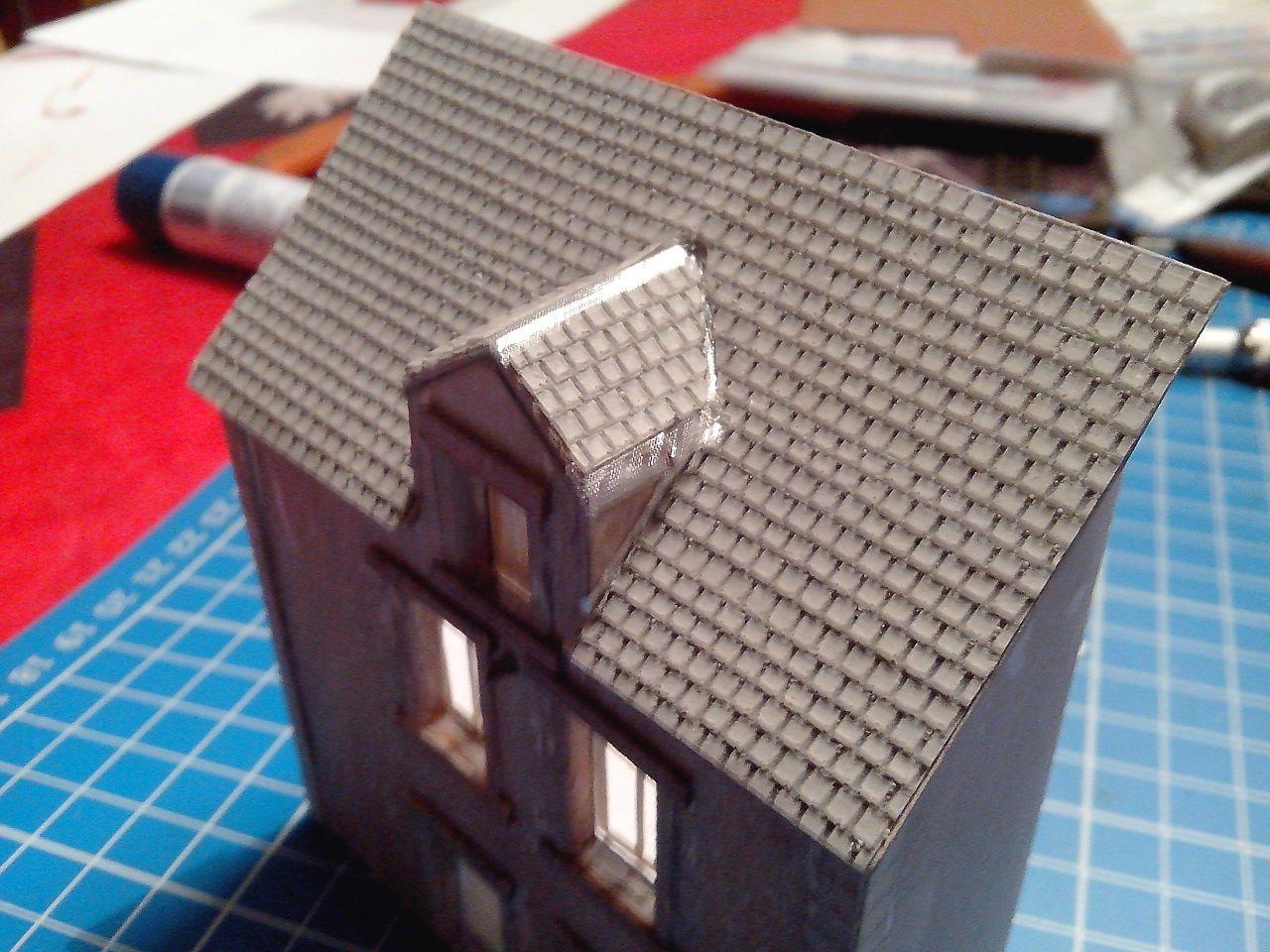 La construction des maisons avance. Les détails comme les gouttières, les aménagements intérieurs, les volets seront confectionnées ultérieurement.