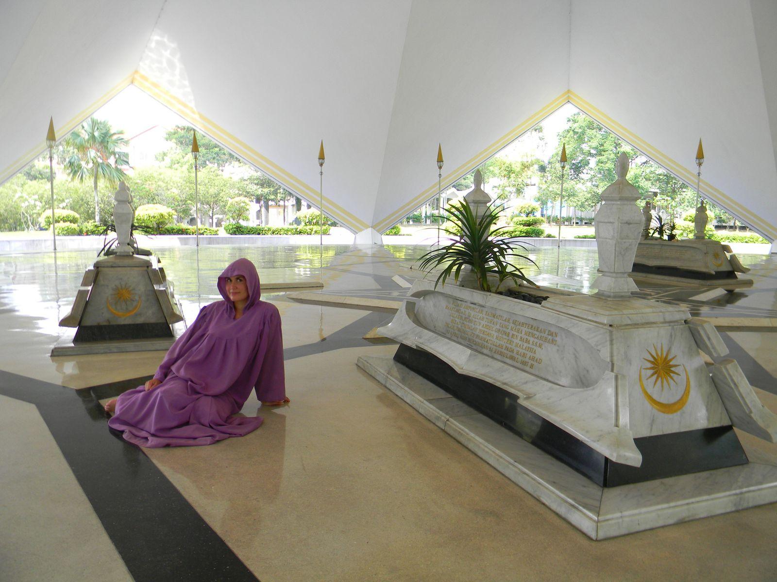 Mélanie en musulmane, le temps de la visite à la mosquée nationale.