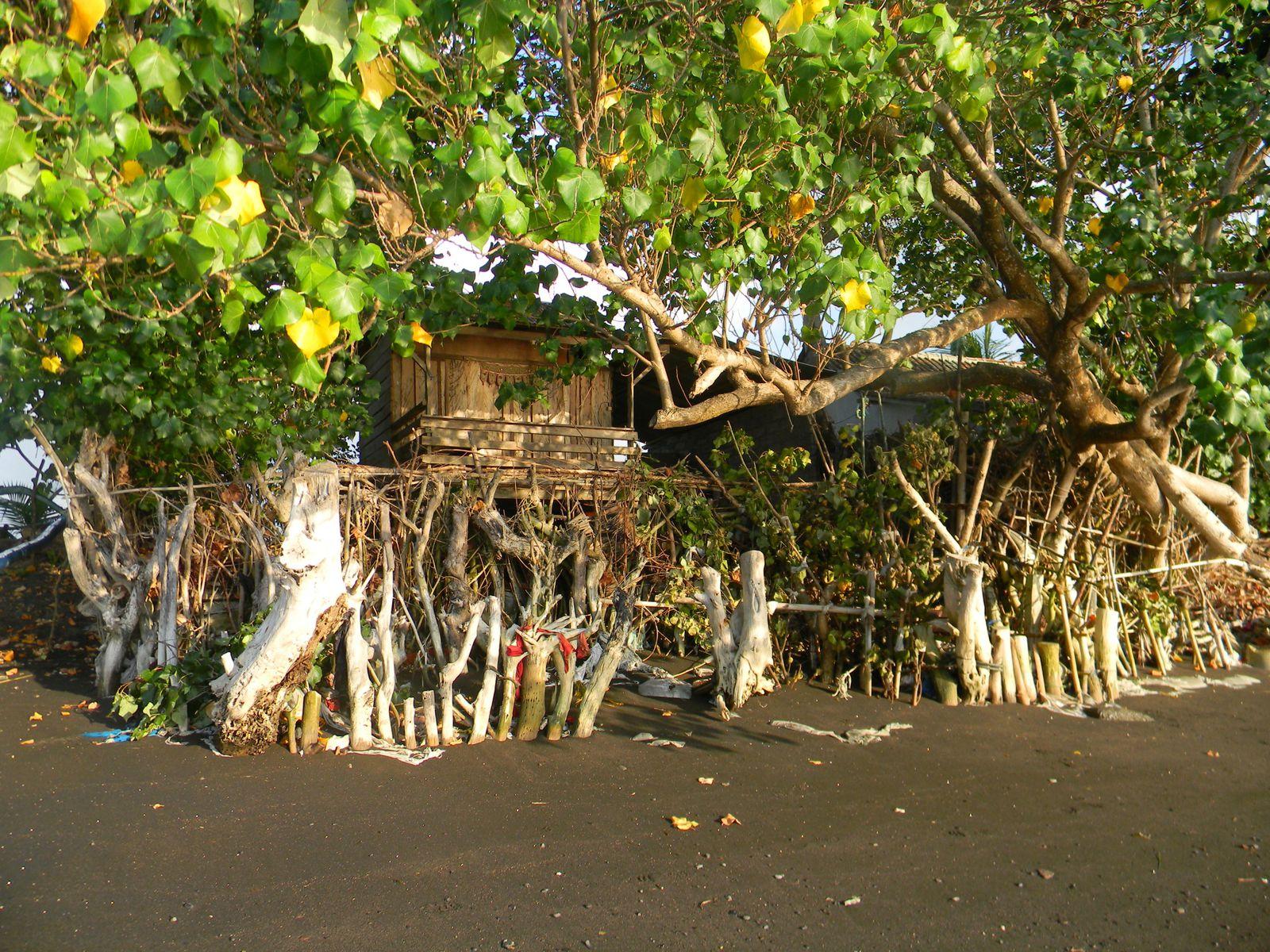 Une maison de pêcheur, le bois la protégeant des raz de marée.