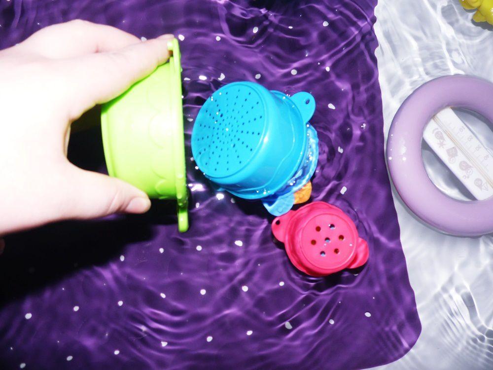 Munchkin et ses jouets pour le bain ...