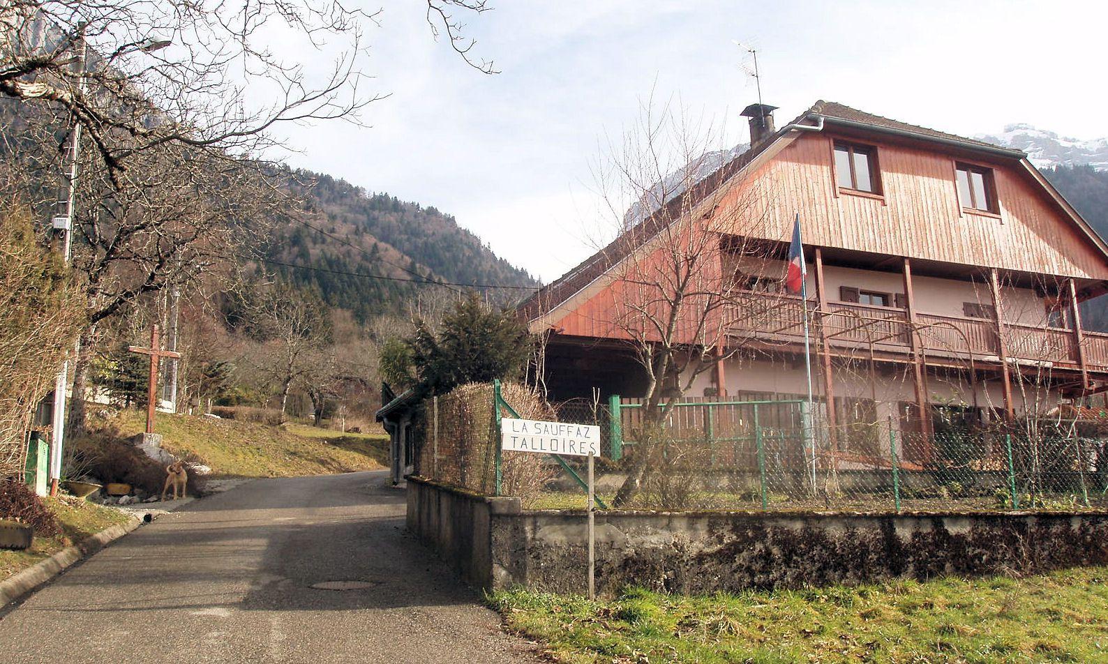 Suivre le chemin de La Sauffaz jusqu'au bout et prendre à droite (panneaux indicateurs)