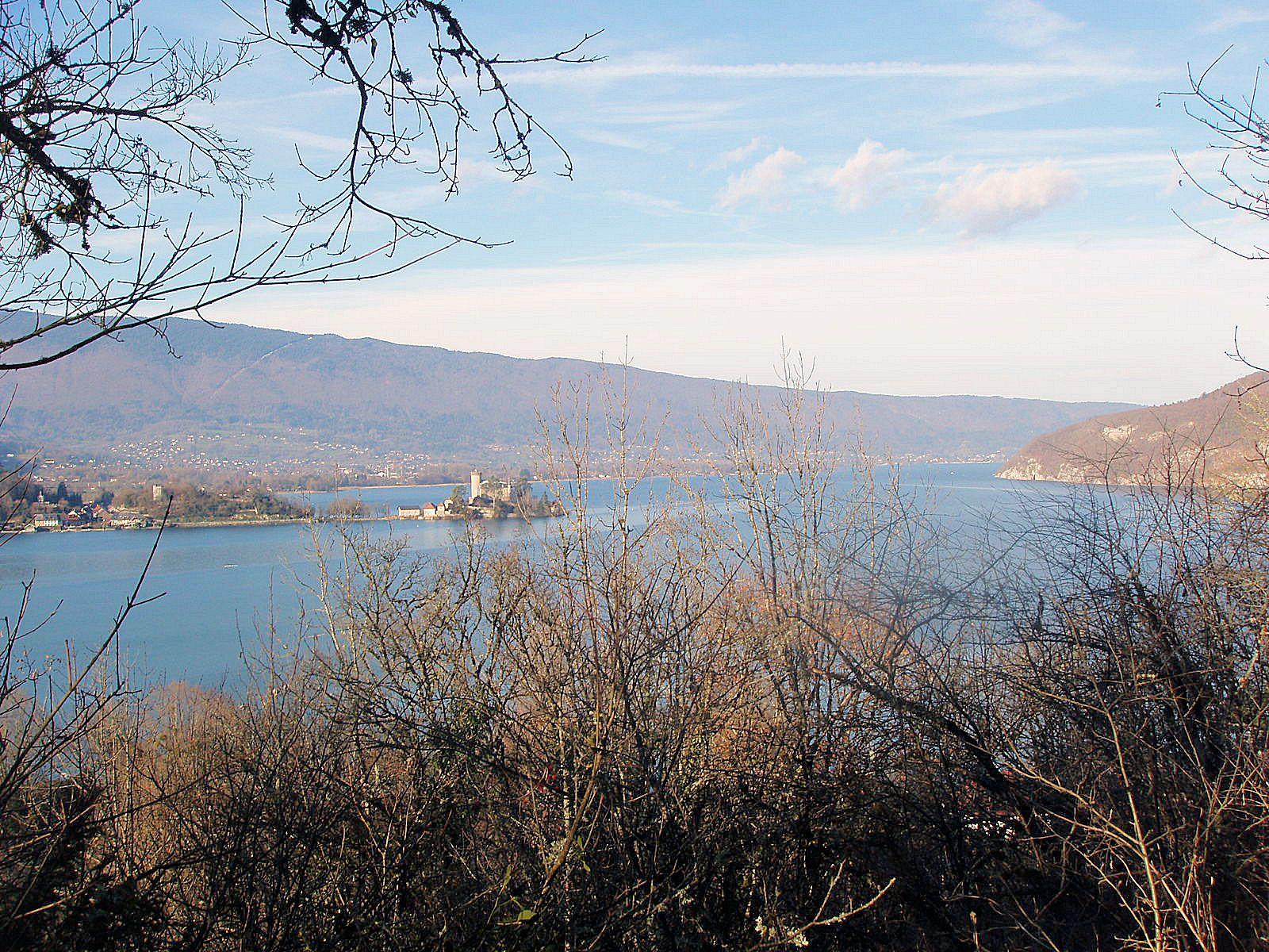 Le lac d'Annecy et le chateau de Ruphy à Duingt