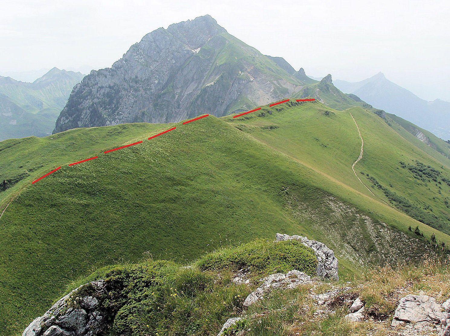 L'itinéraire suivi pour la Dent des Portes suit cette ligne de crête (en rouge)