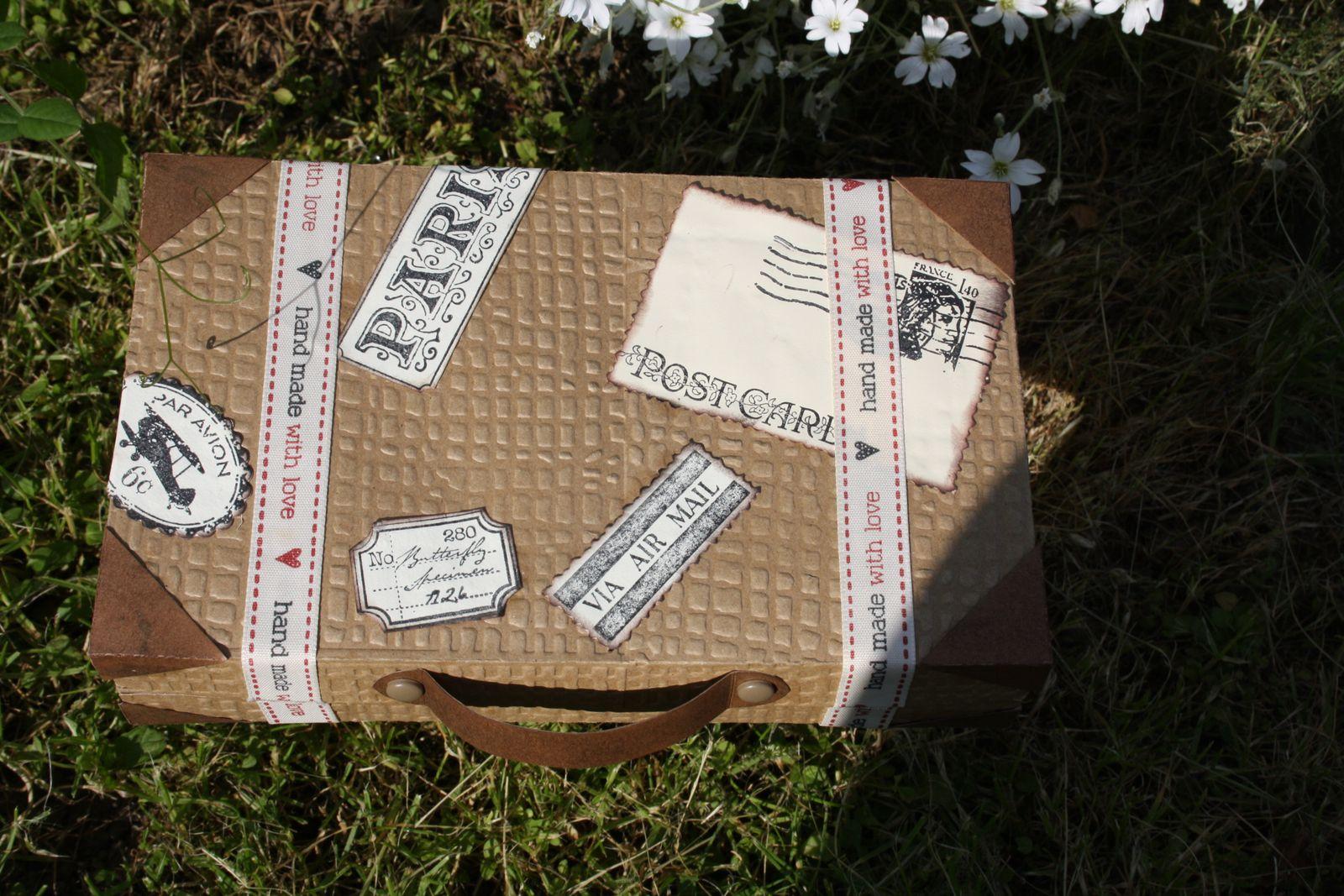 La réalisation du jour, la valise et son album photo 14 pages.