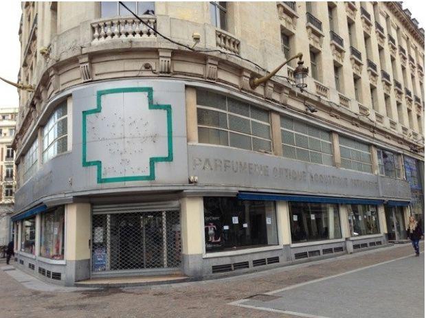 A Lille, face à la gare, une pharmacie fermée, squattée...