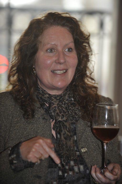 L'Américaine Jane Peyton qui goûte la bière