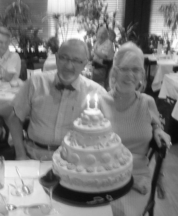 Comme dans un vieux film ! Rassurez-vous: le gâteau est factice: à 2, ils n'en seraient pas venus à bout.