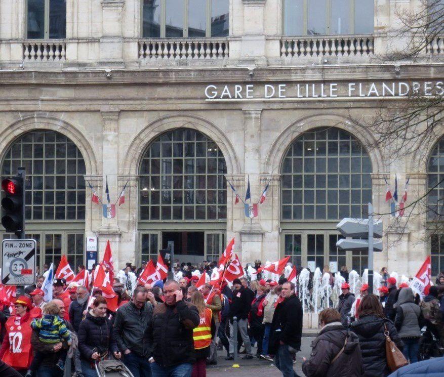Aperçu des jets d'eau devant l'entrée ( ou la sortie !) de la gare de Lille, passage quasi obligé