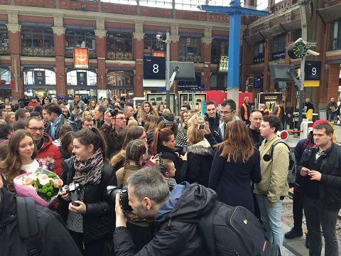 Ceux qui connaissent la vieille gare de Lille, verront bien que les fans de la Nordiste l'attendent déjà.