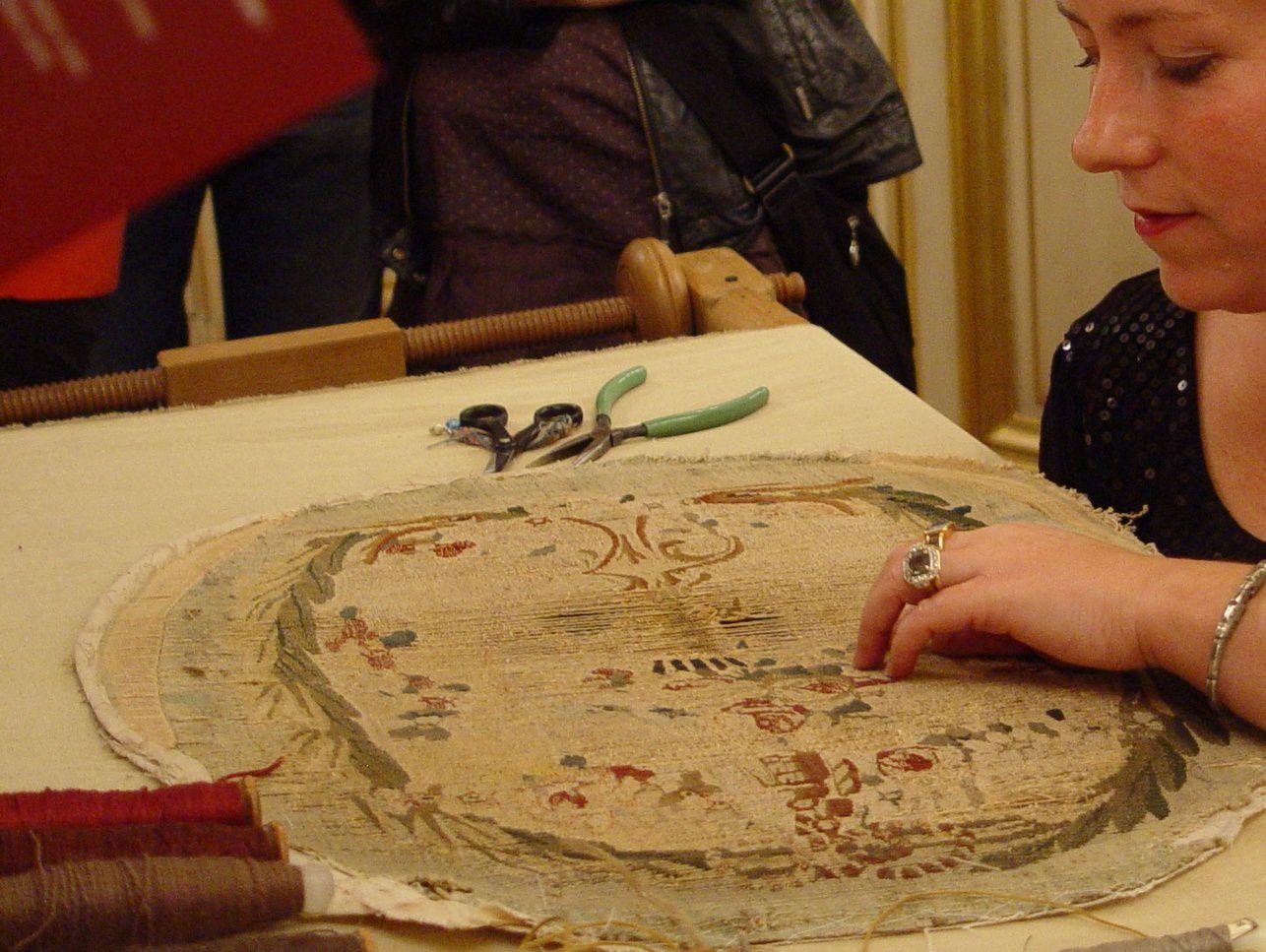 C'est aussi la dextérité de la tapissière au regard sans concession.