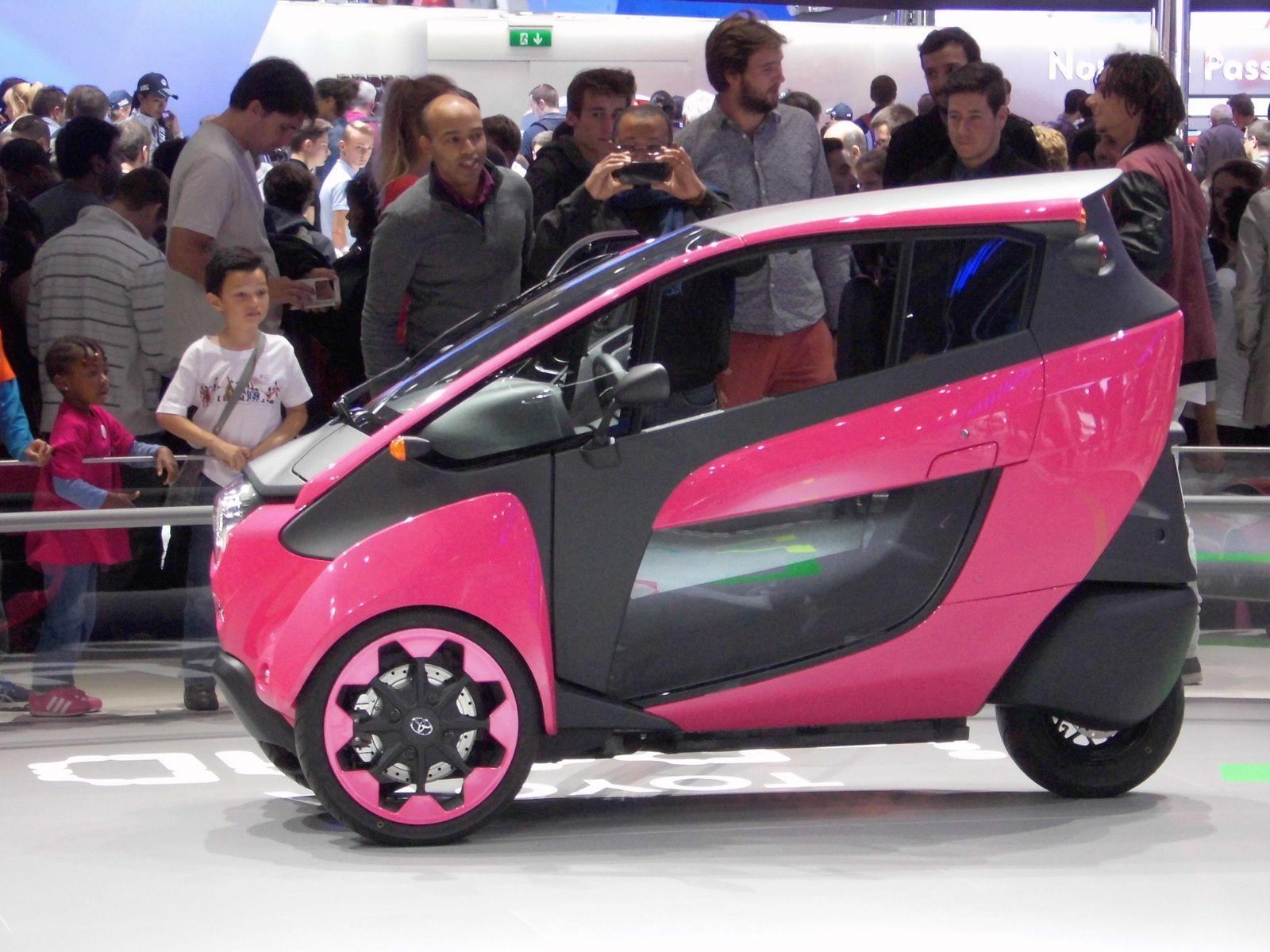 Après l'i-phone et l'i-pad voici l'i-road de Toyota, tout électrique à 3-roues, moitié scooter, moitié voiture (enfin micro-voiture).