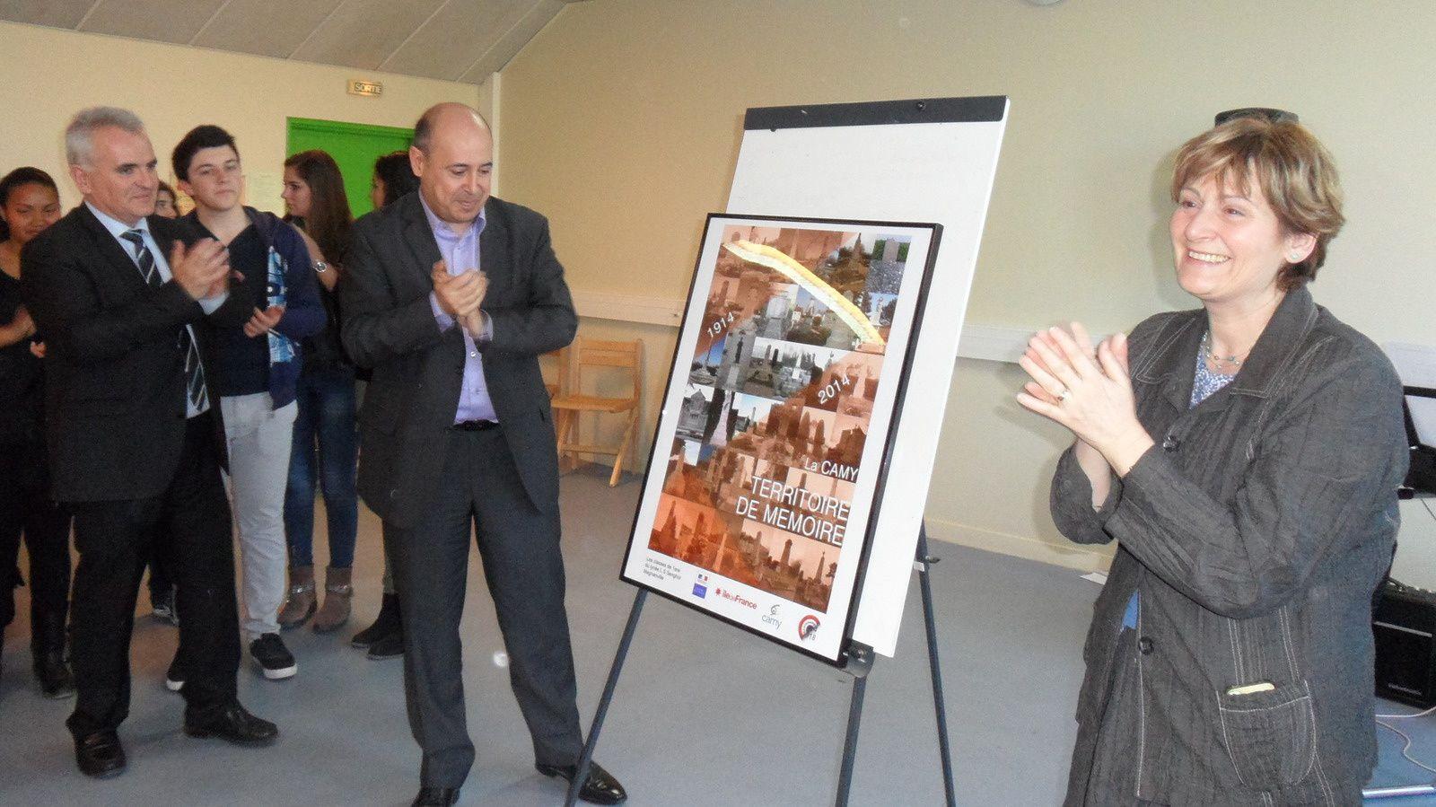 Mme Descamp-Crosnier et M. Martinez dévoilant l'affiche des monuments aux morts de la CAMY