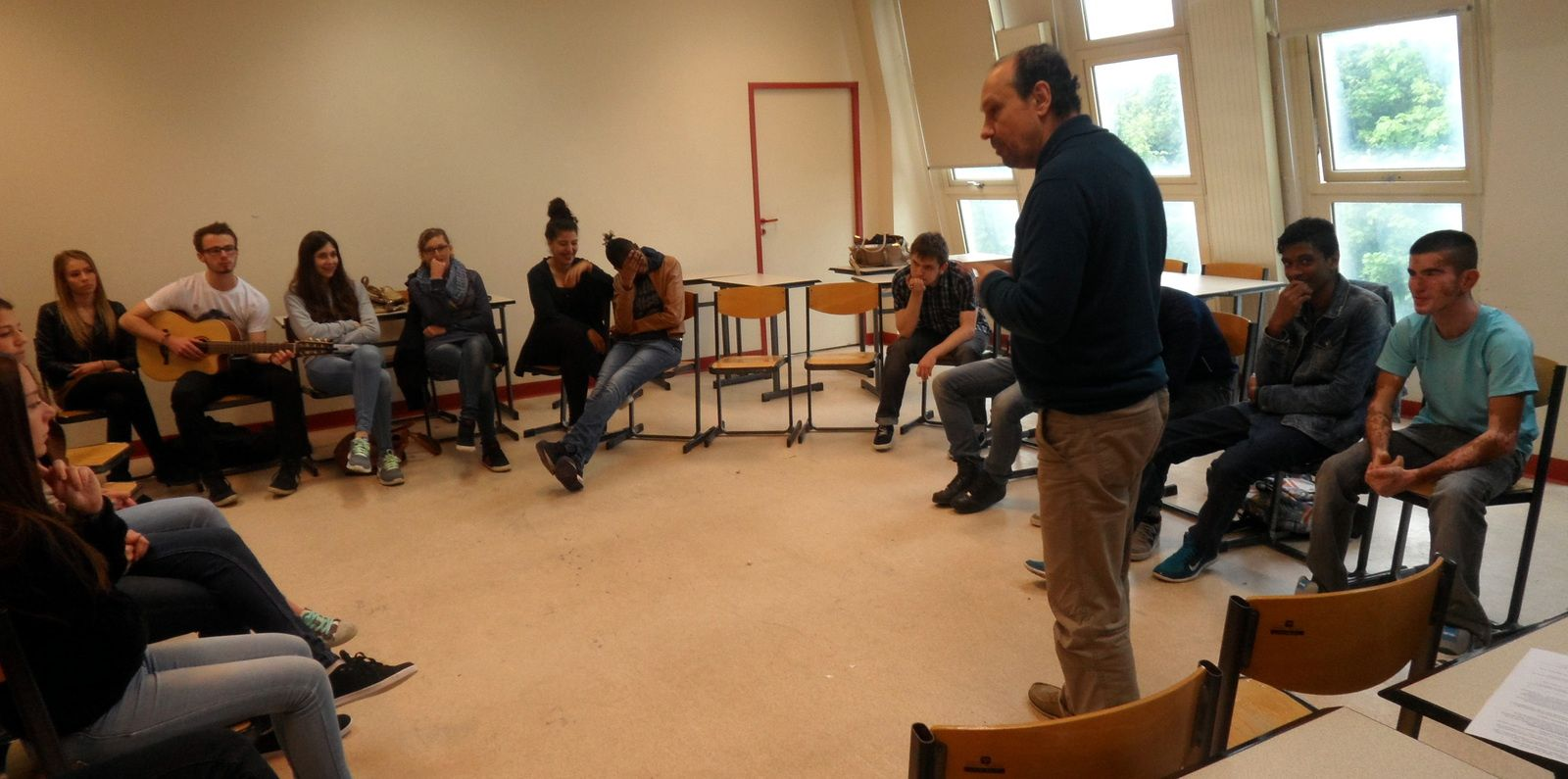 Les 2ndes C en pleine répétition avec Bernard Martin du Théâtre des Oiseaux