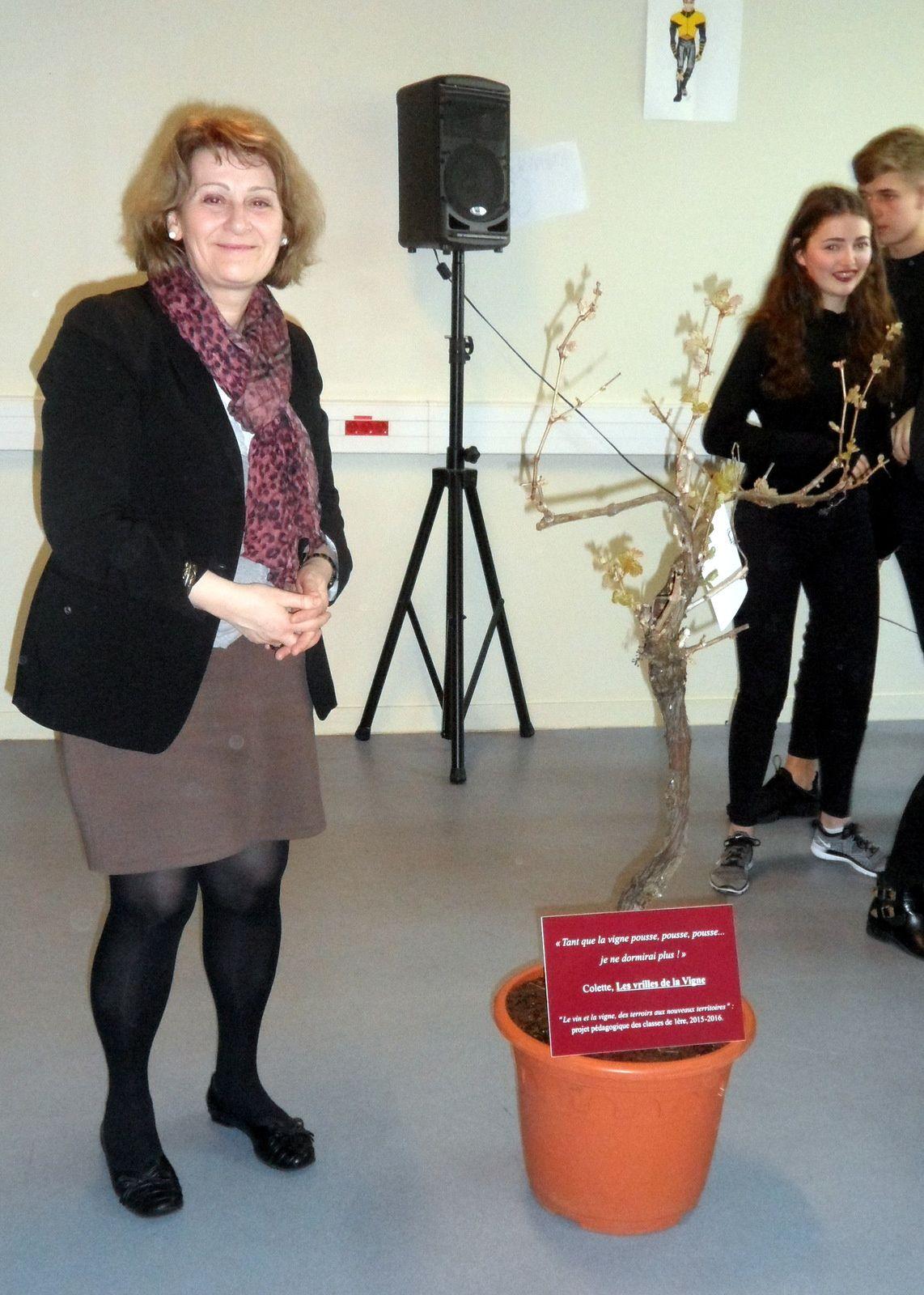 Mme Descamp-Crosnier , députée , a inauguré une plaque et le cep de vigne destinés à commémorer le projet