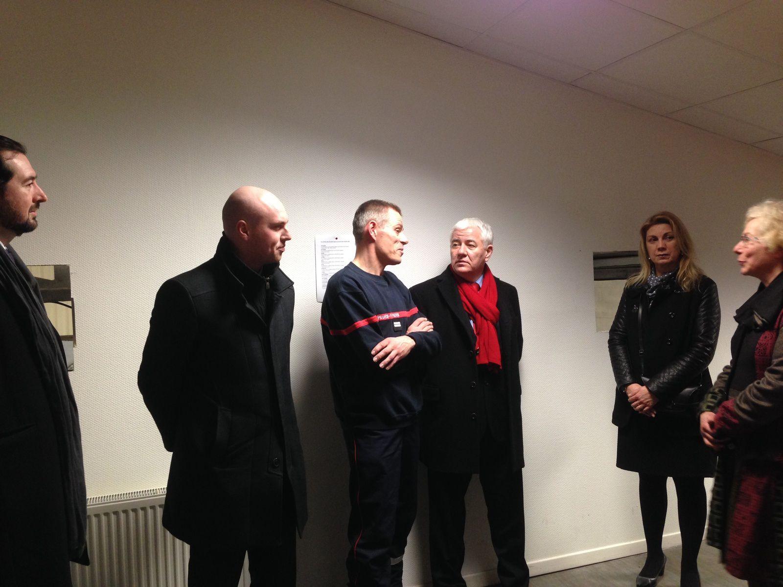 De gauche à droite : Mmes et Mrs Benoit Vandewalle, Julien Gokel, le président Magnier avec son écharpe, Isabelle Bultez et Sylvie Brachet, candidats aux départementales de mars, entourant le lieutenant Decreton.