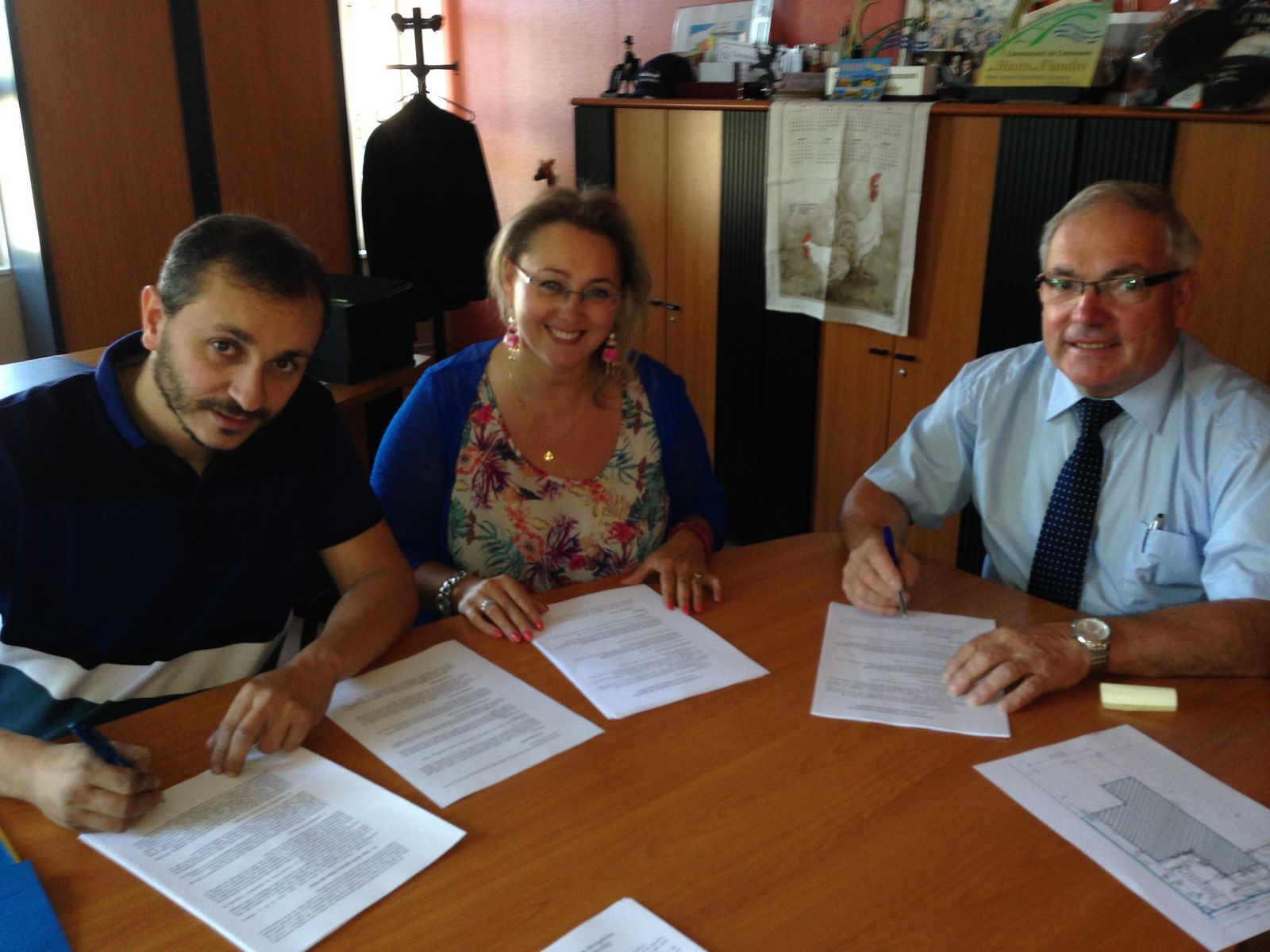 Mr David Timlet lors de la signature du bail de location.