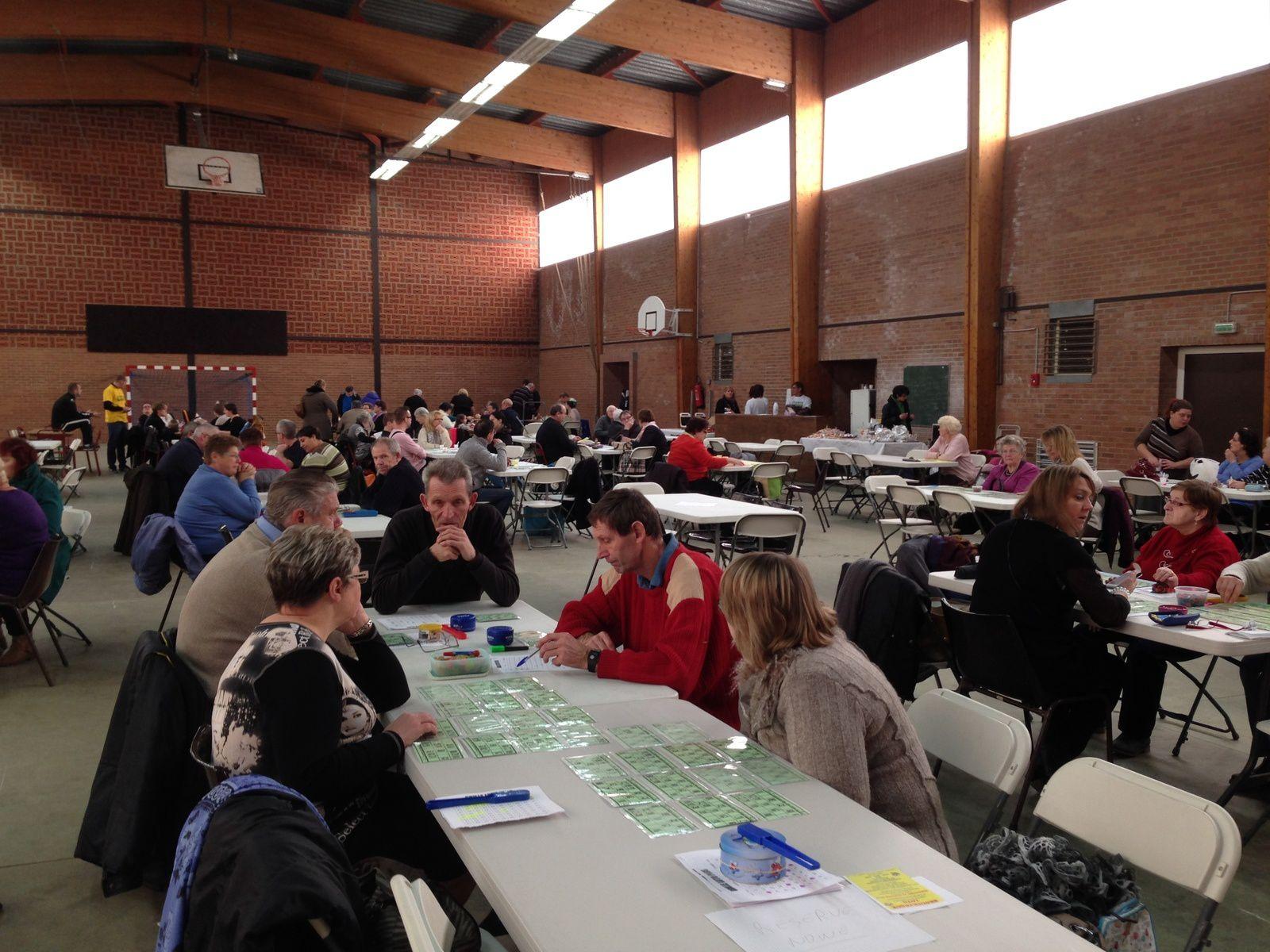 """Crochte, 14h45, salle du collège : loto organisé par l'association """"Tous contre Parkinson"""". Là aussi, toute une équipe de bénévoles rassemblée autour du président Thiérry Bordage. Bon d'achat offert par la CCCB."""