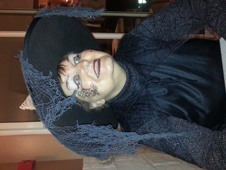 Une autre sorcière...Devinez qui est sous le chapeau. Guess who is under that hat!